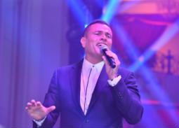 عمرو دياب اختتم الحفل بفقرة غنائية