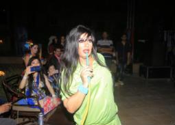 فيفي عبده تشرب الشيشة في ختام مهرجان الصاجات