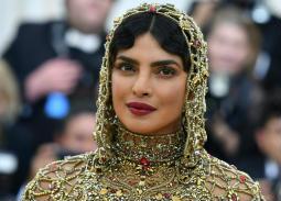 بريانكا شوبرا اختارت فستانا وغطاء للرأس يشبه المحاربين الصليبيين