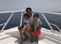 نشر الممثل آسر ياسين صورته مع ابنيه من رحلة بحرية قاموا بها.