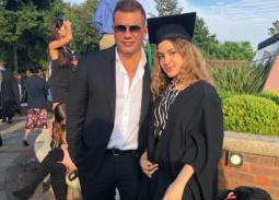 كنزي مع والدها عمرو دياب