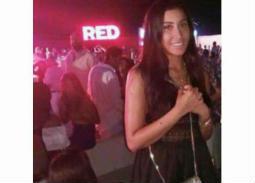 دينا الشربيني تظهر بمفردها في حفل عمرو دياب بمراسي