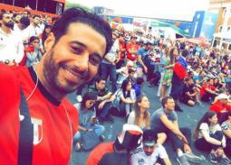 بالفيديو- أحمد السعدني يلتقي بمراسل التليفزيون المصري صاحب قبلة المشجعة الروسية الشهيرة.. هذا ما فعله معه