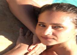 نيللي كريم انتهزت فرصة حصولها على إجازة لتسافر سريعا وتستمع بالصيف على الشاطئ.