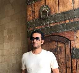 صورة- عمرو سعد يواسي نجلاء فتحي في وداع حمدي قنديل