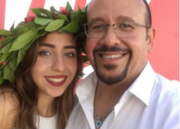 بالصور- هشام عباس يحتفل بتخرج ابنته من الجامعة