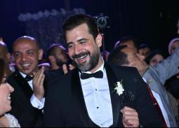 بالصور- رقصة محمود حافظ في حفل زفافه.. محمد علي شاركه فرحته