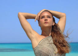 11 صورة- نيللي كريم تستمتع بوقتها على شاطئ البحر