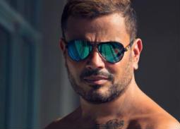 صورة وفيديو- عمرو دياب يشوق جمهوره لثالث أغنيات ألبومه الجديد