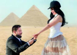 عبير صبري في صورة رومانسية مع زوجها