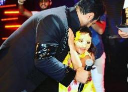 ابنة تامر حسني تحتفل بعيد ميلاده في ظهور أول لها