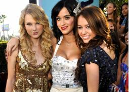 15 صورة- شاهد كيف كان شكل نجومك المفضلين قبل 10 أعوام في حفل MTV