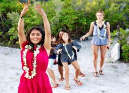 """سلمى حايك وزوجها يجددان عهود زواجهما في جزيرة """"بورا بورا""""."""