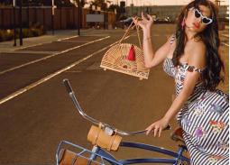 صورة صيفية لهيفاء وهبي بدراجة هوائية وحقيبة خفيفة