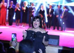 بالفيديو- 4 لقطات لفيفي عبده في حفل ختام مهرجان الإسكندرية.. اختلال توزان وتحية خاصة
