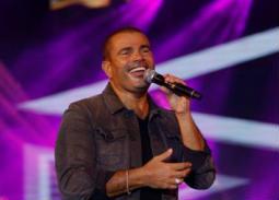 """بالفيديو- عمرو دياب يغني """"باين حبيت"""" و""""أنت مغرور"""" في حفل جامعة مصر الدولية"""