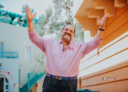 """خالد الصاوي بـ """"شورت"""" وألوان صيفية في أحدث جلسة تصوير"""