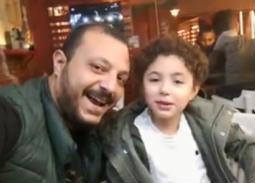 """بالفيديو- غضب طليق غنوة لظهور ابنه يغني """"هات سيجارة"""""""