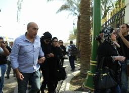 بالصور- انهيار نجلاء فتحي في وداع زوجها حمدي قنديل
