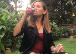 """فيديو- جميلة عوض تقبل تحدي """"العصير"""" من منى زكي"""