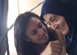 بالفديو- والدة منى عراقي تطمئن ابنتها بهذه الكلمات