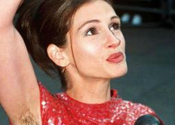 """جوليا روبرتس تكشف سبب ظهورها المثير للجدل بـ """"شعر الإبط"""" على السجادة الحمراء قبل 19 عاما"""