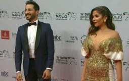 منى زكي بتصميم المصرية ياسمين يايا، الفستان جديد على منى زكي، فهي نادرا ما ترتدي فستانا بتصميم مفتوح من الصدر ولكن لونه ملائم لها ولبشرتها