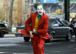 """بالفيديو- واكين فينيكس يتحول إلى """"الجوكر"""" في شوارع نيويورك"""