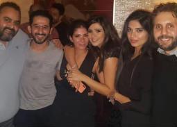 هشام ماجد وزوجته مع ياسمين عبد العزيز وأحمد حلمي وشيكو