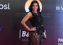 بالفيديو- رانيا يوسف تتحدث عن فستانها المكشوف مع أحمد سلطان.. تفاجئه بهذا الفعل
