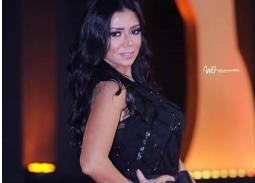 بالفيديو- موقف محرج لرانيا يوسف في الأقصر بسبب فستانها أيضا