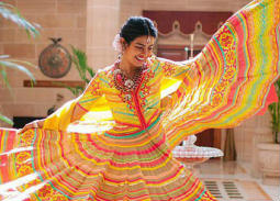 بريانكا شوبرا بفستان هندي تقليدي