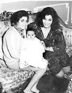 شريهان في طفولتها مع والداتها
