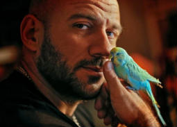 بالفيديو- أحمد مكي: أنا أول عربي جعلت هذا الببغاء يتحدث