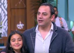 """بالفيديو- ابنة أحمد برادة تشاركه في تقديم جوائز الأفضل في استفتاء """"معكم"""""""