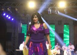 شاهد لحظة دخول فيفي عبده إلى المسرح وتفاعل الجمهور مع رقصها