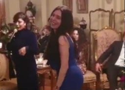 بالفيديو- دينا ترقص في عيد ميلاد إلهام شاهين بحضور مشاهير الفن