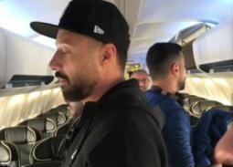 بالفيديو- هشام عباس وفهمي والشرنوبي وعاشور يغنون على متن طائرة.. نجوم الأغنية يجتمعون