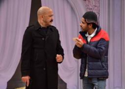 """بالصور- أشرف عبد الباقي وسليمان عيد يحملان السلاح في أحدث عروض """"مسرح مصر"""""""