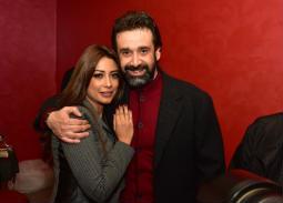 """ظهور نادر لزوجة كريم عبد العزيز.. ووالده يسانده في العرض الخاص لـ""""نادي الرجال السري"""""""