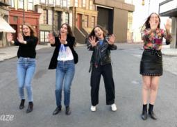 بالفيديو- إيما ستون ترقص في الشارع على طريقة Spice Girls