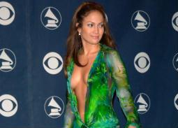 جينيفر لوبيز بثوب أخضر بنقوش الورورد في حفل Grammy  عام 2000