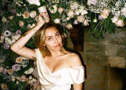 مايلي سايرس العروس المرحة في صور جديدة من زفافها