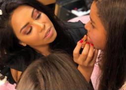 """نشرت شيرين عبد الوهاب صورتها وهي تضع المكياج لابنتيها وكتبت: """"كل لحظة بقضيها مع بناتي بتكون عندي بالدنيا"""""""
