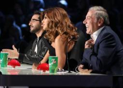 بالفيديو- أحمد حلمي وعلى جابر يختبأن بسبب طائرة نجوى كرم في Arabs Got Talent