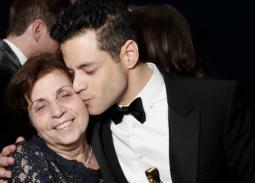 رامي مالك يطبع قبلة على خد والدته نيللي