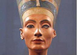 تمثال لرأس نفرتيتي الفرعونية