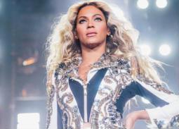 """بيونسيه أو """"أقوى أنثى في مجال الترفيه"""" حسب مجلة """"فوربس""""،  من كان يتوقع أن الفتاة التي شاركت في بدايتها بالغناء في فريق Destiny's Child ستصل لهذا اللقب أو أن تصبح ثروتها في 15 عاما من إصدار ألبوماتها الخاصة بها إلى ثروة تقدر بـ335 مليون دورلا!  قوة بيونسيه ليست فقط بسبب المال الذي تجنيه من عملها، بل هي لديها قوة أخرى في دعم الفتيات من خلال أغانيها التي تحثهم على التغير والمساواة بالرجل،  كما تستخدم دوما قوتهالإلهام عدد لا يحصى من المعجبين برسائل التمكين الخاصة بها. في عام 2014 ، تم اختيار بيونسيه من قبل مجلة تايم باعتبارها واحدة من أفضل 100 شخص مؤثر في العالم للسنة الثانية على التوالي.  إن كنت تستمع لأي ألبوم لبيونسيه فبالتأكيد ستجدها تتحدث عن قوة المرأة باختلاف الرسالة التي تغني لها، وذلك أيضا أثناء تواجدها مع الفريق الغنائي، فستجدها تغني Independent Women, وبعد انفصالها ستجدها تدعم المرأة بـ Run The World (Girls)و Lemonade."""