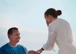 أليكس رودريجيز يقدم الخاتم الماسي للوبيز