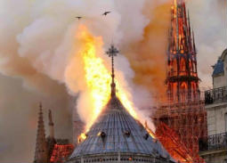 Instagram النجوم يبكي احتراق كاتدرائية نوتردام